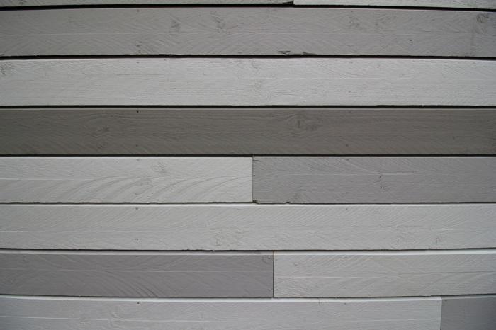 Extension et surélévation d'une maison : détail du bardage peint.