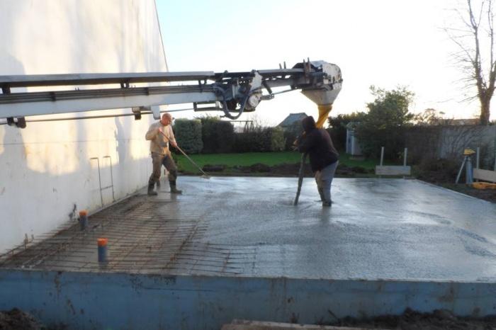 Extension d'une maison secondaire dans le Finistère : Après les fondations, coulage de la dalle béton