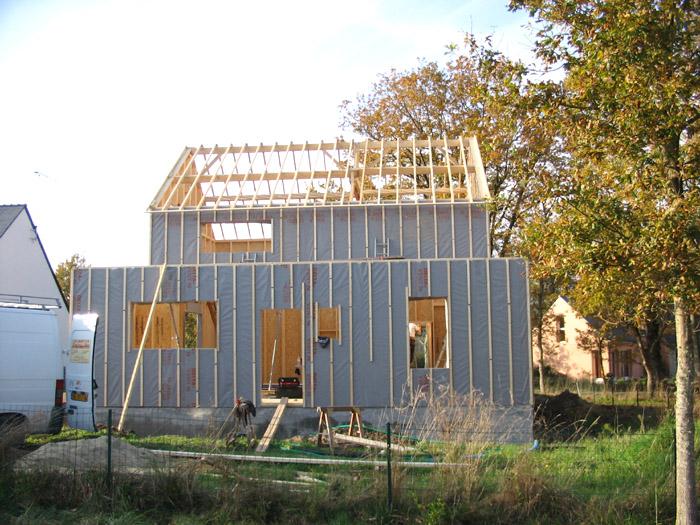 maison bois en construction depuis la rue